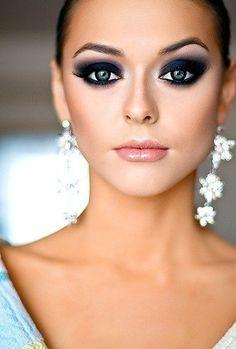 Blue smokey eye make-up. Absolutely love it.