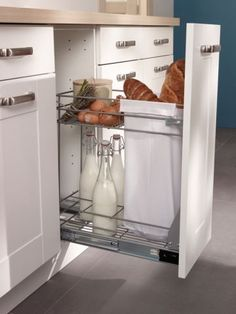 Un tiroir de rangement pour le pain et les bouteilles