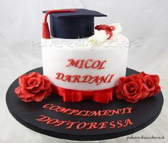 Torta laurea con toco pergamen e rose in pasta di zucchero graduated cake with Toco parchment and roses sugar paste Cake Paris, New Cake, Sugar Paste, Grad Parties, Savoury Cake, Clean Eating Snacks, Pesto, Bacon, Graduation