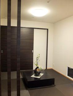 和室-モダン和室コーディネート|引込戸を開け放して洋室と続きの空間としても見せられるよう、畳はモダンさを感じられるデザイン畳とします。 畳のサイズとあわせた低めの座卓テーブルは、全体になじみながらも存在感のあるものとなっています。 Divider, House Ideas, Lifestyle, Interior, Room, Furniture, Home Decor, Homemade Home Decor, Indoor