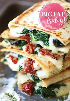 Het is weer tijd voor Big Fat Friday! Met deze keer: de lekkerste Griekse quesadillas met spinazie, zongedroogde tomaten en zelfgemaakte tzatziki.
