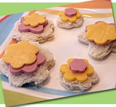 Cute flower snack sandwiches...what a fun recipe to try with your little ones! And they would fit perfectly in one of our bento boxes to take to the park, the beach, or school!