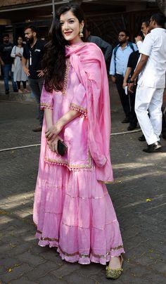 Shanaya was wearing an elegant traditional pink dress. Indian Fashion Dresses, Pakistani Fashion Casual, Indian Gowns Dresses, Dress Indian Style, Pakistani Dress Design, Pakistani Dresses, Bollywood Fashion, Fashion Outfits, Suit Fashion
