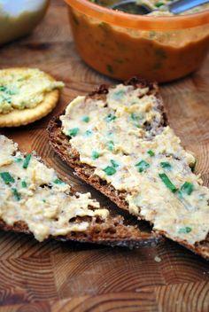 Hummusmainen tahna leivän päälle: Hummusmainen  - purkki kikherneitä (2,5 dl) - 3 rkl oliiviöljyä - 3 valkosipulinkynttä - hakattua persiljaa - suolaa - ruohittua mustapippuria - loraus sitruunanmehua Surista blenderissä tahnaksi
