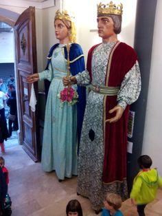 L'Antoni i la Càndia a l'entrada de la Biblioteca Cami, Medieval, Saree, Fashion, Entryway, Blue Prints, Sari, Moda, Fashion Styles