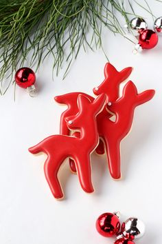 Simple Red and White Deer Cookies for the 2016 Advent Calendar. Follow this simple tutorial to make cute deer cookies for your friends this holiday season.