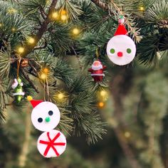 Fun Snowman Cotton Pads | This winter, gather the children and help them make one of the easiest Christmas decoration ideas around.