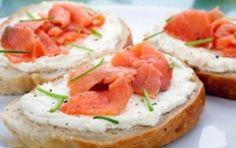 Tartine al salmone - Le tartine al salmone sono una ricetta delicata da proporre come antipasto oppure come aperitivo. Un buonissimo piatto veloce da preparare.