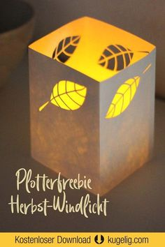 Herbst-Deko mit Blätter - Windlicht basteln. Bastelvorlage & Plotterfreebie SVG, DXF, PDF zum kostenlosen Download. DIY Bastelvorlagen & Plotterdateien von kugelig.com #svg #plotten #diy #kugeligplotts Table Lamp, Freebies, Inspiration, Home Decor, Paper Mill, Paper, Fall Leaves, Fall Halloween, Decorating Ideas