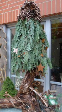 Weihnachtsdeko aus Naturmaterial: Selbstgemachter Weihnachtsbaum mit Tannenzweige, Zapfen und Sternen.