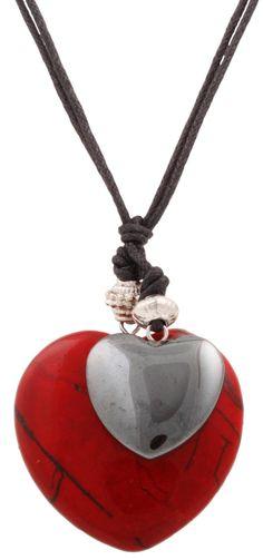 Materiale:  Un doppio filo di cotone porta un cuore di magnesite rosso marmorizzato ed un cuore di ematite. Lunghezza:  41 - 46 cm Lunghezza ciondoli:  3 cm Nota bene:   Le...