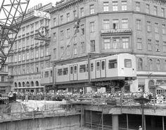 Am 18. August 1973 wurde am Karlsplatz der 1. Silberpfeil in den neu errichteten U-Bahn-Tunnel gehoben. Ein Spektakel für die ganze Stadt. Scenery Pictures, Old Pictures, Karlsplatz, U Bahn, Vienna Austria, Commercial Vehicle, Public Transport, Alter, Old World