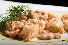 Gli gnocchi al salmone sono un primo piatto gustoso e raffinato veloce da realizzare, bastano infatti pochi ingredienti per preparare una ricetta che conquisterà...