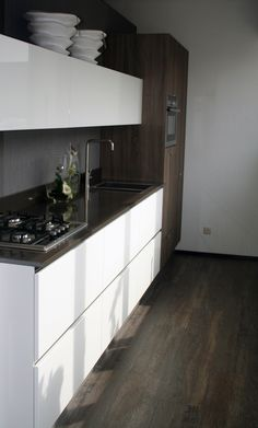 Systemat AV 4030 hoogglans wit met AV 1095 eiken grijs keuken, composiet werkblad in bruin, met alles Neff inbouw apparatuur