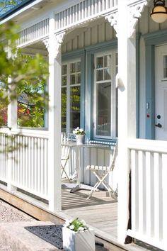 Vertical siding and vertical elements of porch trim.  Plus a white w/light blue trim color scheme.