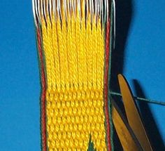 Tricks and Tips: Easy way to finish off weaving by weaving the weft back into the warp to neatly lock the whole thing in place. Inkle Weaving, Inkle Loom, Card Weaving, Tablet Weaving Patterns, Weaving Textiles, Swedish Weaving, Weaving Projects, Sewing Art, Silk Ribbon Embroidery