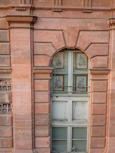Una finestra di Gallenga tipica d'italia Garage Doors, Outdoor Decor, Home Decor, Italia, Homemade Home Decor, Interior Design, Home Interiors, Decoration Home, Home Decoration