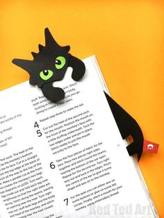 Hug a Book Toothless Bookmark DIY – Red Ted Art Hug a Book Toothless Bookmark DIY – includes free printable. If you love Dragons or How to Drain a Dragon, you will enjoy this oh so cute Dragon Bookmar DIY. Creative Bookmarks, Origami Bookmark, Bookmarks Kids, Corner Bookmarks, Printable Bookmarks, Printable Paper, Diy Marque Page, Marque Page Origami, Papier Diy