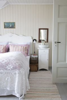 Shabby Chic Furniture In a family room, try to arrange your furniture into centers. Farmhouse Style Bedrooms, Shabby Chic Bedrooms, Shabby Chic Furniture, Bedroom Vintage, Romantic Bedrooms, Cottage Bedrooms, Pink Bedrooms, Small Bedrooms, Cottage Shabby Chic