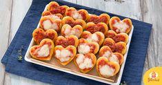 Delle pizzette romantiche e buonissime, velocissime da fare e senza tempi di lievitazione sono l'idea last-minute perfetta per il giorno degli innamorati