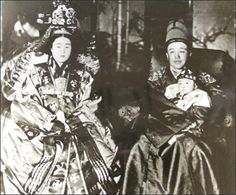 King Yeongchin, right, clad in ``gollyongpo'' or formal attire, and his wife Princess Nashimotonomiya Masako, who took the name Yi Bang-ja a. Korean Photo, Korean Art, Korean Traditional Dress, Traditional Outfits, Historical Clothing, Historical Photos, Korean Peninsula, Old Portraits, Korean People