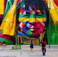Eduardo Kobra staat bekend om zijn caleidoscoop-achtige kunstvorm. Hij weet portretten neer te zetten met grote vlakken in felle kleuren. Op de muur zijn vijf abstracte gezichten te zien. De vijf gezichten symboliseren ieder een continent, die weer terugkomen in de ringen van de Olympische Spelen.