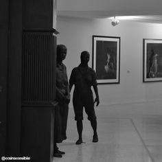 """Misteriosas figuras se asoman a un costado de una de las salas del Museo de Arte Contemporáneo. Se trata de los personajes que integran la pieza """"Barney's Door"""" de George Segal (1989). #ccs  #caracas #venezuela #ccsinaccesible #caracasbella #blackandwhite #blancoynegro #noiretblanc #monochromatic #bnw_venezuela #museum #ciudad_ve"""
