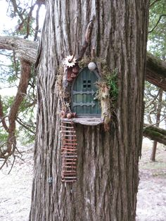 Fairy Door in Tree You get a special eye-catcher when you choose unexpected color variations and bright colors. Fairy Doors On Trees, Fairy Garden Doors, Fairy Tree Houses, Fairy Garden Furniture, Fairy Garden Houses, Diy Fairy Door, Gnome Garden, Fairies In The Garden, Diy Fairy House