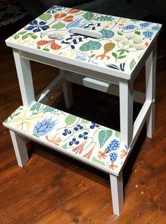 Upcycling av min smutsiga gamla Ikea BEKVÄM-pall... lite vit färg och rester av Herberiumtapet och tadaaa!  #diy #upcycling #ikeahack #ikeabekväm #ikea #tapet #herbarium #stiglindberg
