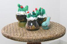 KARYNE_RODRIGO_BLOG_CANAL_YOUTUBE_do_sofa_cacto_suculenta_terrario_vaso_aquario_dourado_porcelana_vermelho_verde_diy_tutorial (1) Stone Cactus, Serving Bowls, 1, Tableware, Youtube, Blog, Rouge, Vases, Porcelain Ceramics