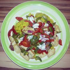 Putenbrustfilet mit Curry-Orangen-Bulgur, Paprika und Joghurtsauce http://vom-windbeutel-verweht.blogspot.de/2013/03/putenbrustfilet-mit-curry-orangen.html