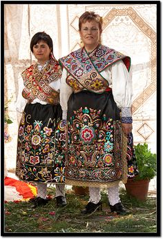 Regional custome of La Alberca in Salamanca, Spain - ethnic jewels Traditional Fashion, Traditional Dresses, Costumes Around The World, International Clothing, Regional, Ethnic Outfits, Beautiful Costumes, Folk Costume, Festival Wear