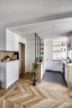bypierrepetit | le meuble d'entrée, supr idée, qui entour la porte de la sdb avec un beau placage chene, et avec la niche ouverte pour poser clés et portable