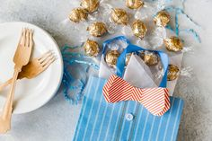 Give your dad the gift of chocolate for Father's Day this year. Courtney from recommends our Lindt LINDOR Fudge Swirl truffles in a bow-tie bag! Dad will love these Lindt Lindor, Lindt Chocolate, Chocolate Gifts, Chocolates, Sweet Sauce, Candy Gifts, Party Treats, Summer Treats, What To Cook