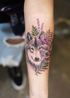 Wolf Tattoos For Women, Tattoos For Women Half Sleeve, Best Tattoos For Women, Tattoo Designs For Women, Tattoo Women, Woman Tattoos, Small Wolf Tattoo, Cool Small Tattoos, Cute Tattoos