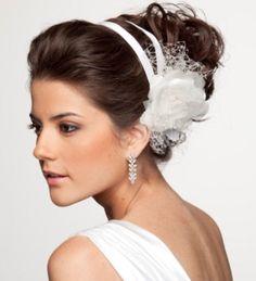 Acho esse penteado lindo, combina muito com vestidos mais leves. Em minhas andanças encontrei essa tiara com flor em várias lojas da 25 de março com um preço bem acessível!   penteados de noiva - Pesquisa Google