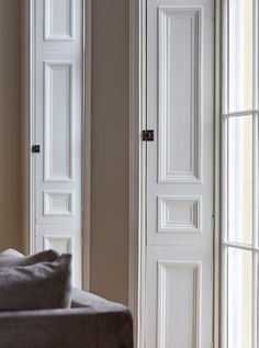 When such a talented studio as Cherie Lee Interiors takes on the reconstruction of a magnificent but semi-neglected Victorian townhouse in London, the ✌Pufikhomes - source of home inspiration Indoor Shutters, Interior Window Shutters, Formal Living Rooms, Living Spaces, Victorian Townhouse, Shop Interiors, Design Interiors, Minimal Home, London Apartment