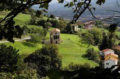 Igreja pré-românica de Santa Maria del Naranco, Oviedo, Astúrias, Espanha  Situada a três quilômetros de Oviedo, sobre a ladeira sul do Monte Naranco, que originalmente foi o palácio do rei Ramiro I.   Foi construída em 842 e consagrada em junho de 848.