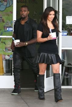 Kim Kardashian y Kanye West en Yogurtland en Hawaii de agosto). / Kim Kardashian and Kanye West at Yogurtland in Hawaii (August Kim Kardashian Closet, Kardashian Girls, Estilo Kardashian, Kim Kardashian Kanye West, Kim Kardashian And Kanye, Kardashian Style, Kardashian Jenner, Kardashian Fashion, Kendall Jenner