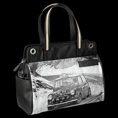 Shout Small Doctor Bag: Diese Handtasche mit MINI Rallye Monte Carlo Print bringt dich stilsicher und schneller ans Ziel. Denn du findest alles auf den ersten Griff. Dank strukturierter Fächereinteilung und einer Reißverschlusstasche im roten Innenraum. Der bequeme Trageriemen sorgt dafür, dass dir diese Tasche nie zur Last fällt.