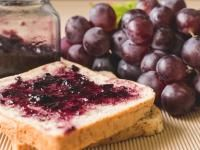Making grape jelly is easier than you can think. This recipe is for the old-fashioned grape jelly which only needs two ingredients. We prefer Concord grapes or wild grapes, but trying make grape jelly with any grapes that you have on hand. Grape Jam, Grape Jelly, Jam And Jelly, Grape Recipes, Beet Recipes, Jelly Recipes, Green Pepper Jelly, Pickled Pepper Recipe, How To Make Jelly