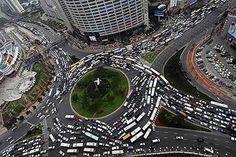 ラウンドアバウトの渋滞は悲しい記憶しかない。下の画像みたいに,身動きの取れなくなった大型車の隙間を他…