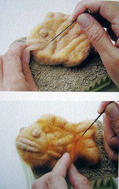 Try in polymer clay Wool Needle Felting, Needle Felting Tutorials, Needle Felted Animals, Nuno Felting, Felt Animals, Felted Wool Crafts, Felt Crafts, Felt Fabric, Fabric Art