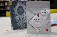 INDONESIA - TORAJA Pôvod kávy je juh ostrova Sulawesi, oblasť nazývaná Tana Toraja. Zrelé ovocie, horká čokoláda, nízka acidita, hlboký a dlhotrvajúci koniec. Zber 2014. Spracovanie polo – premyté (Pulped-Natural, Semi-Washed). Nadmorská výška 1500 - 1700 m. Zber výlučne ručne. Pôda ílovitá hlina. Solum 90 – 130 cm.