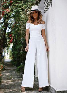 Por mais de 20 anos, a marca Luzia Fazzolli, apresenta coleções sofisticadas e exclusivas criadas para mulheres refinadas e estilo clássico, vestindo-as do seu ambiente de trabalho a um evento noturno, trazendo peças que combinam shapes modernos e tecidos finos enriquecidos com detalhes encantadores. Polo Shirt Outfits, 30 Outfits, White Outfits, Blanco White, Designer Jumpsuits, Sexy Dresses, Overalls, Hair Beauty, Pure Products