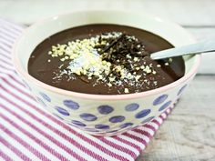 Gesunder Schokopudding – so geht's Without sugar and only 3 ingredients: That's how healthy chocolate pudding goes, which tastes incredibly delicious on top of that! Low Carb Deserts, Low Carb Sweets, Raw Vegan Recipes, High Protein Recipes, Paleo, Healthy Recipes, Tofu Burger, Delicious Desserts, Yummy Food