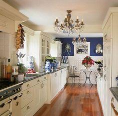 A continuación presentamos diversas ideas para decorar y aprovechar el poco espacio disponible que traen las cocinas largas y estrechas. Algunos pequeños cambios pueden transformar la cocina y conv…