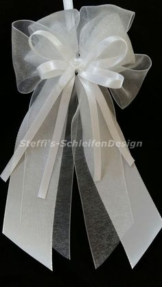 They are suitable for decorating cars on antennas, door handles or mirrors as well as for decorating pews, chairs or banqueting halls. There are no limits to the imagination here. Church Aisle Decorations, Wedding Isle Decorations, Wedding Table Centres, Wedding Bows, Wedding Crafts, Diy Wedding, Travel Bridal Showers, Homemade Bows, Bridal Car