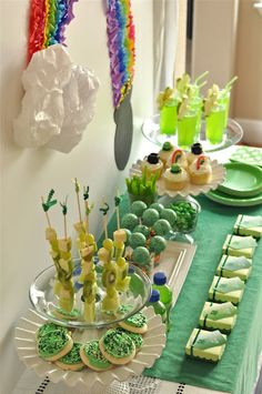 this st patricks day party is filled with ideas to make your party amazing! healthy st patricks day fruit skewers, rainbow streamer backdrop, and shamrock juice recipe Sant Patrick, Streamer Backdrop, St Patrick's Day Decorations, St Patricks Day Food, Bird Party, Rainbow Parties, St Paddys Day, Luck Of The Irish, Holiday Fun