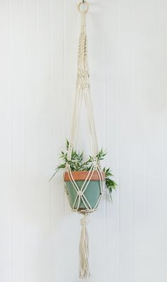 Handmade macrame plant hanger (plant and pot not included) Cord: natural cotton Cabone ring: 2 in High: approx. 30 in (Recommanded pot: 6 in diameter, 6 in high) Should you need personalized macrame, dont hesitate to contact me. Macrame Plant Holder, Macrame Plant Hangers, Plant Holders, Macrame Art, Macrame Projects, Macrame Knots, Diy Macramé Suspension, Indoor Flower Pots, Hanging Plants